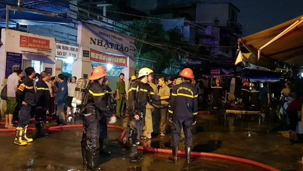 Cháy căn nhà 5 tầng gần chợ ở Sài Gòn, nhiều tiểu thương ôm đồ đạc tháo chạy thoát thân - Ảnh 2.