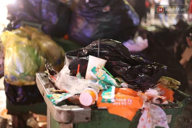 Ảnh: Khu vực hồ Gươm ngập trong biển rác sau đêm Giáng sinh, công nhân môi trường trắng đêm dọn dẹp - Ảnh 4.