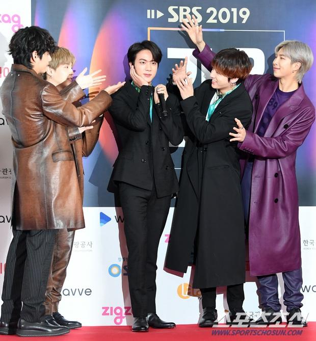 Siêu thảm đỏ SBS Gayo Daejun: BTS và GOT7 lồng lộn, TWICE và GFriend lột xác sexy, MAMAMOO xòe giữa quân đoàn idol - Ảnh 3.