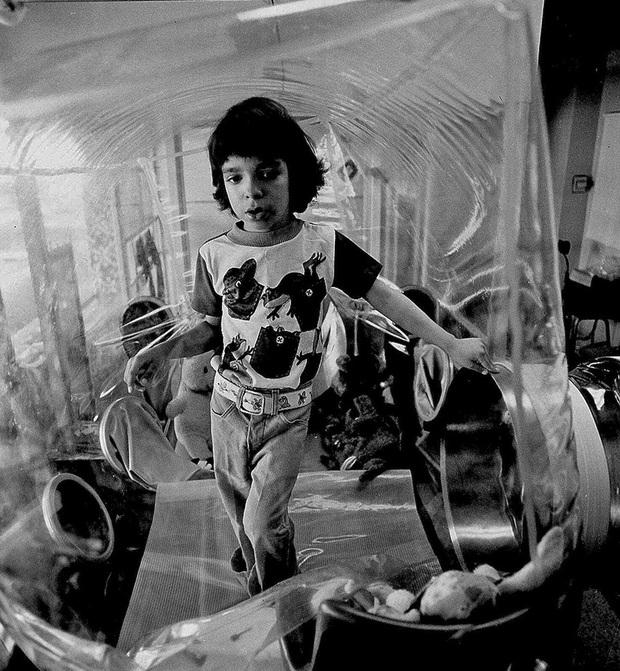 Cậu bé bong bóng: Suốt 12 năm sống tách biệt trong không gian vô trùng, đến phút cuối mới được chạm vào mẹ rồi qua đời - Ảnh 7.