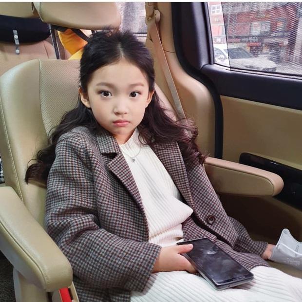 Cả triệu ARMY phải ghen tỵ với cô bé này: Được Jungkook (BTS) cưng nựng đầy lịch thiệp, trao ánh mắt cử chỉ đắm đuối - Ảnh 11.