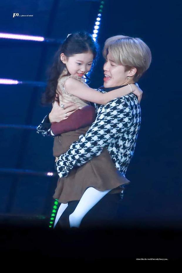 Cả triệu ARMY phải ghen tỵ với cô bé này: Được Jungkook (BTS) cưng nựng đầy lịch thiệp, trao ánh mắt cử chỉ đắm đuối - Ảnh 9.
