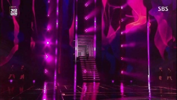 Rùng mình khi phát hiện Wendy (Red Velvet) có khả năng ngã từ độ cao khoảng 4 mét, cầu thang bỗng biến mất khi xảy ra tai nạn? - Ảnh 2.
