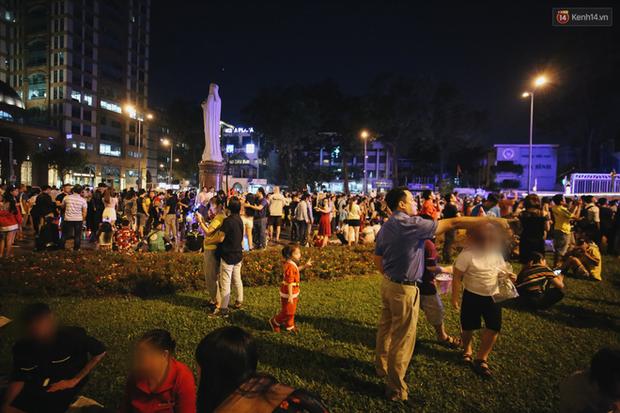 Bất chấp biển cấm, người dân vẫn giẫm đạp lên vườn hoa trước Nhà thờ Đức Bà trong đêm Noel ở Sài Gòn - Ảnh 3.