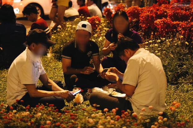 Bất chấp biển cấm, người dân vẫn giẫm đạp lên vườn hoa trước Nhà thờ Đức Bà trong đêm Noel ở Sài Gòn - Ảnh 8.