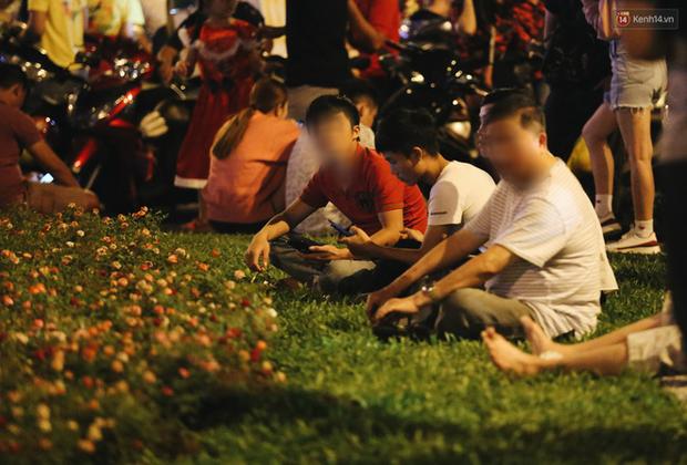 Bất chấp biển cấm, người dân vẫn giẫm đạp lên vườn hoa trước Nhà thờ Đức Bà trong đêm Noel ở Sài Gòn - Ảnh 11.