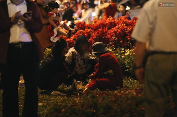 Bất chấp biển cấm, người dân vẫn giẫm đạp lên vườn hoa trước Nhà thờ Đức Bà trong đêm Noel ở Sài Gòn - Ảnh 14.