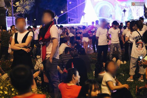 Bất chấp biển cấm, người dân vẫn giẫm đạp lên vườn hoa trước Nhà thờ Đức Bà trong đêm Noel ở Sài Gòn - Ảnh 15.