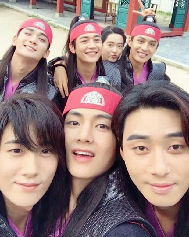 Hiếm có nhóm bạn thân nào như hội Park Seo Joon, V (BTS) và dàn tài tử: Dính nhau mọi dịp lễ, Noel lại gây bão vì ảnh hẹn hò - Ảnh 4.