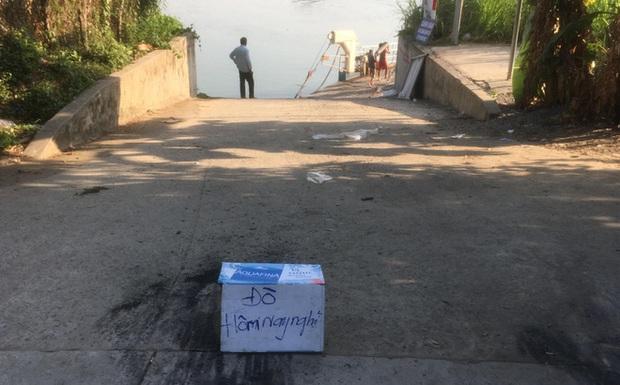 Hi hữu ô tô trên phà lao xuống sông khiến 1 người chết: Chúng tôi cố níu đuôi ô tô nhưng bất thành - Ảnh 1.