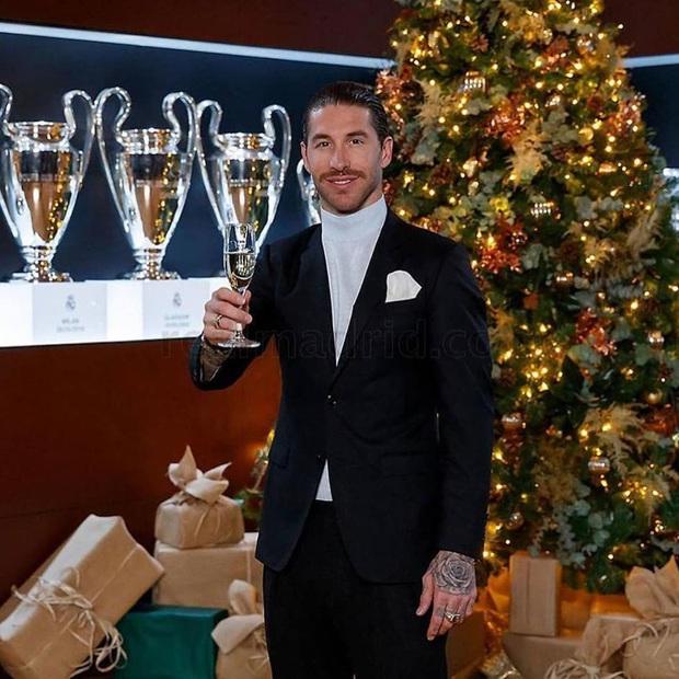 Sao bóng đá nô nức đón Giáng sinh: Messi hóa thân trong trang phục cực cool, Son Heung-min tươi cười hớn hở mặc kệ búa rìu chỉ trích - Ảnh 9.