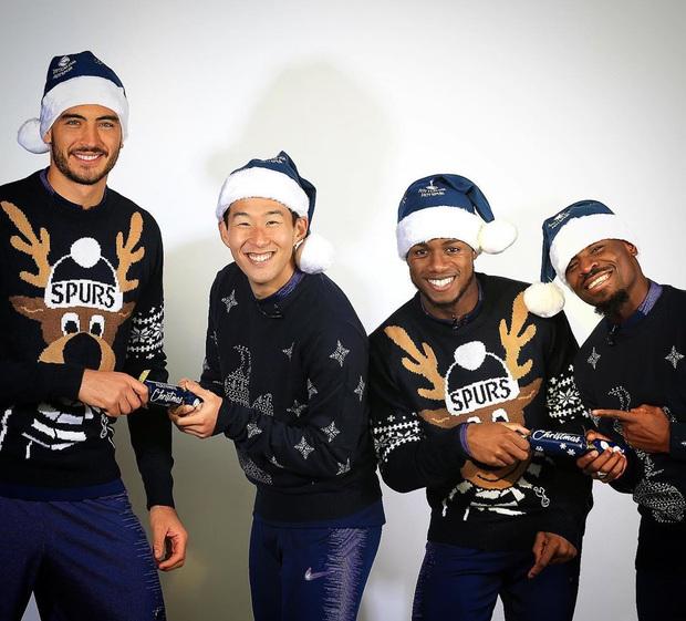 Sao bóng đá nô nức đón Giáng sinh: Messi hóa thân trong trang phục cực cool, Son Heung-min tươi cười hớn hở mặc kệ búa rìu chỉ trích - Ảnh 2.