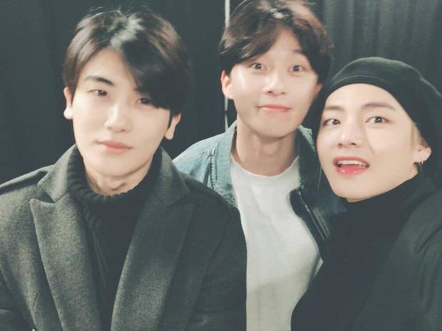 Hiếm có nhóm bạn thân nào như hội Park Seo Joon, V (BTS) và dàn tài tử: Dính nhau mọi dịp lễ, Noel lại gây bão vì ảnh hẹn hò - Ảnh 5.