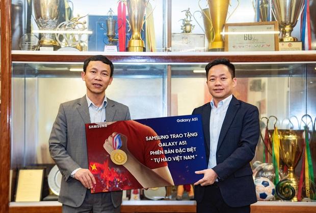 Galaxy A51 phiên bản 'Tự Hào Việt Nam' vừa được trao cho Đội tuyển Bóng đá Nam và Nữ Việt Nam sau kỳ tích SEA GAMES 2019 - Ảnh 1.