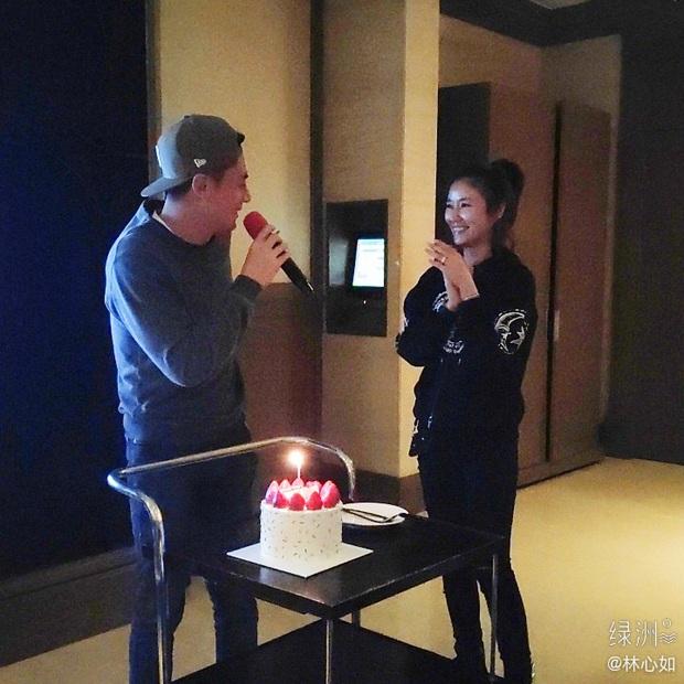 Lâm Tâm Như mừng sinh nhật ông xã với ánh mắt đắm đuối nhưng nhan sắc tuổi 40 của Hoắc Kiến Hoa mới gây sốt - Ảnh 1.