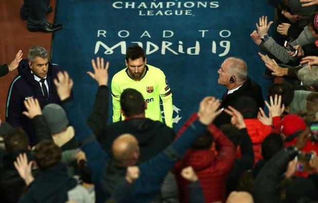 10 khoảnh khắc bóng đá châu Âu đẹp nhất năm 2019: Ronaldo mời Messi ăn tối, Son Heung-min chắp tay xin lỗi CĐV - Ảnh 5.