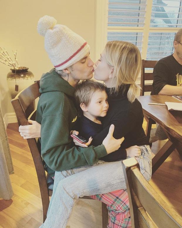 Justin Bieber và Hailey lâu lắm mới công khai khoá môi, nhưng phản ứng cam chịu của cậu em bị kẹp giữa là tâm điểm - Ảnh 1.