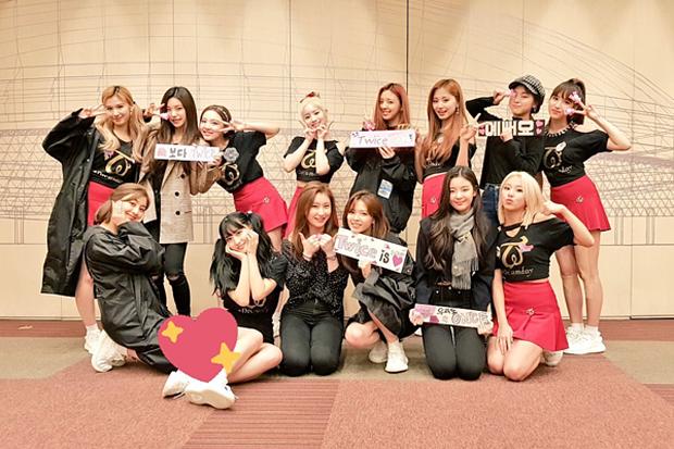 Chị chị em em nhà JYP: TWICE chăm sóc ITZY từng li từng tí khiến fan ấm lòng tại SBS Gayo Daejun 2019 - Ảnh 5.