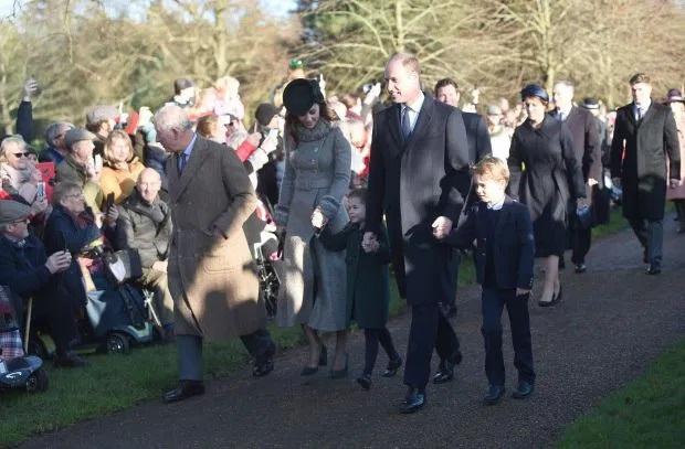 Bắt chước Công nương Kate hành lễ với Nữ hoàng Anh, Công chúa Charlotte được dân mạng khen hết lời vì quá đáng yêu - Ảnh 4.