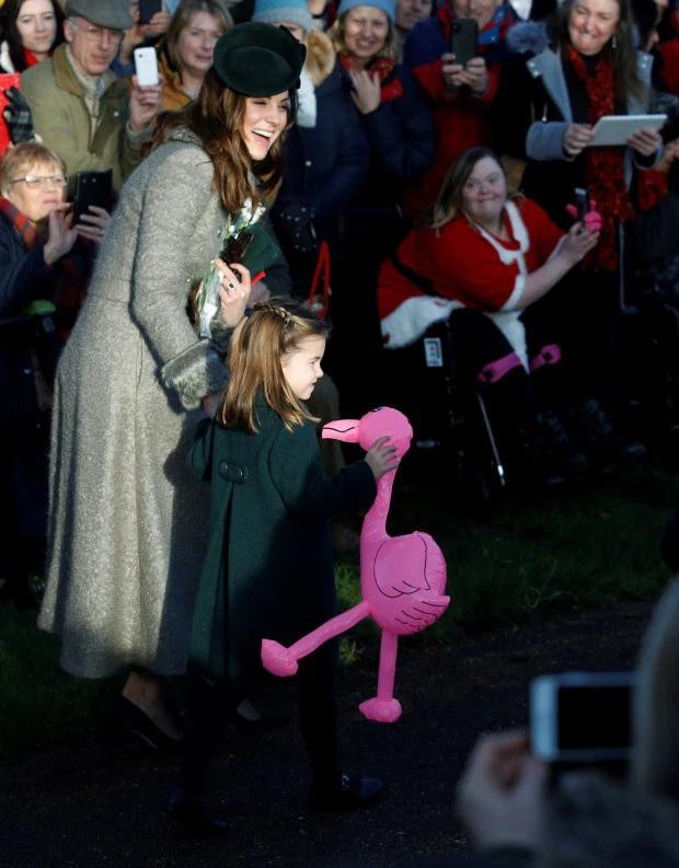 Bắt chước Công nương Kate hành lễ với Nữ hoàng Anh, Công chúa Charlotte được dân mạng khen hết lời vì quá đáng yêu - Ảnh 3.