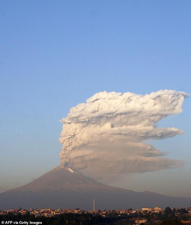 Cận cảnh cột khói cao ngút trời cùng dòng nham thạch phun ra như thác khi đỉnh núi lửa cao hơn 5000 m hoạt động trở lại trong đêm Giáng sinh - Ảnh 3.