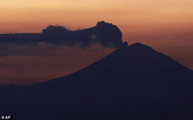 Cận cảnh cột khói cao ngút trời cùng dòng nham thạch phun ra như thác khi đỉnh núi lửa cao hơn 5000 m hoạt động trở lại trong đêm Giáng sinh - Ảnh 2.