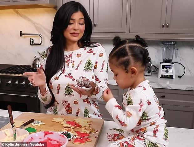 Kylie và Stormi đúng là cặp mẹ con sang chảnh nhất Hollywood: Hết thảm đỏ, giáng sinh, sự kiện đều lồng lộn cả đôi! - Ảnh 2.