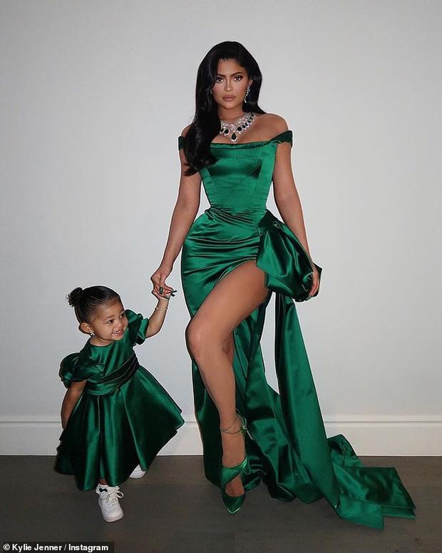Kylie và Stormi đúng là cặp mẹ con sang chảnh nhất Hollywood: Hết thảm đỏ, giáng sinh, sự kiện đều lồng lộn cả đôi! - Ảnh 4.