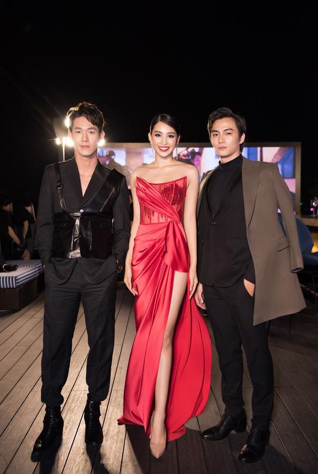Tiểu Vy ngày càng quyến rũ, diện váy xẻ cao khoe chân dài sexy giữa bộ đôi mỹ nam Song Luân và Lãnh Thanh - Ảnh 4.