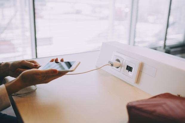 Báo Anh khuyến cáo du khách không nên sử dụng sạc điện thoại trong khách sạn, hiểm hoạ khó lường không thể làm ngơ - Ảnh 2.