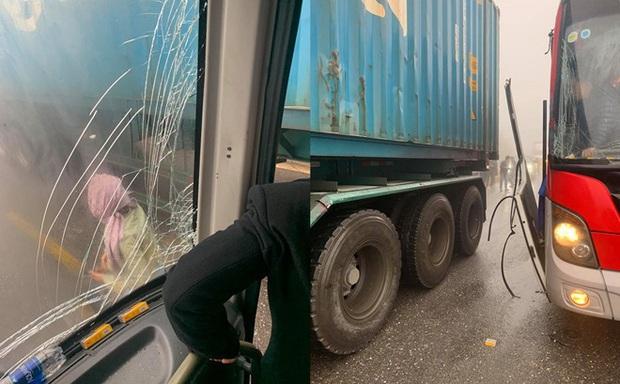Câu chuyện tài xế cho xe khách đổ đèo mất phanh tựa vào hông container, cứu 20 người thoát cửa tử và sự thật phía sau khiến nhiều người bất ngờ - Ảnh 4.