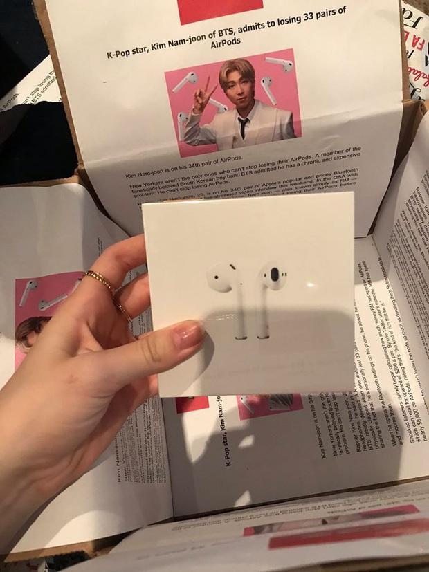 Tặng con gái fan BTS đôi airpods, bà mẹ không quên cà khịa bọc quà bằng bài báo: Ngôi sao Rap Monster thừa nhận từng làm mất tới 33 đôi! - Ảnh 1.