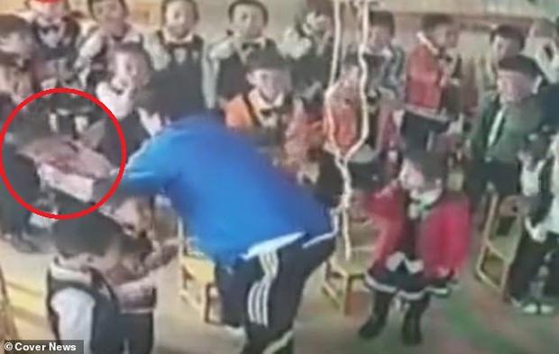 Phẫn nộ thầy giáo phạt hơn 30 học sinh mẫu giáo tự tát vào mặt thật mạnh, không chịu làm theo sẽ bị chính thầy đánh - Ảnh 2.