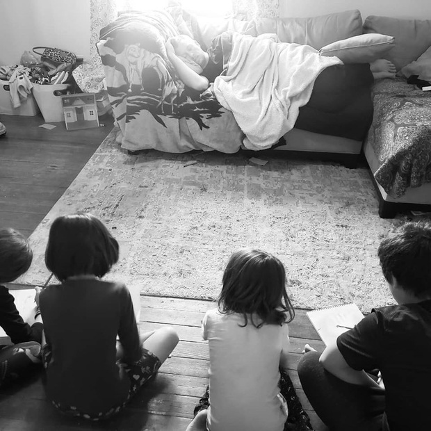 Phải ở nhà trông con cho vợ, ông bố mưu mẹo thách bọn trẻ vẽ lại dáng mình ngủ rồi lăn ra đánh một giấc ngon lành - Ảnh 1.