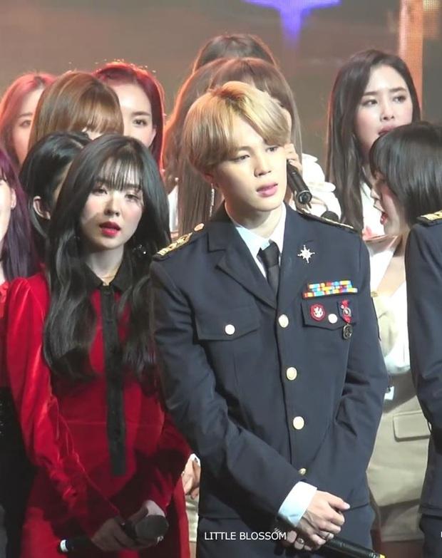 Bắt quả tang Jimin (BTS) cứ dõi theo từng cử chỉ của Irene (Red Velvet) rồi mỉm cười ngây dại, liệu có nằm trong tầm ngắm của Dispatch 1/1 tới? - Ảnh 9.