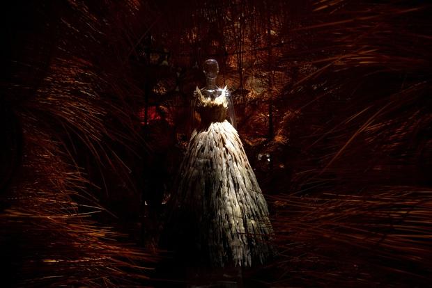 20 năm của Công Trí gói gọn trong một Cục Im Lặng: Áo dài treo trên quạt trần, lập hẳn một điện thờ thần Rắn - Ảnh 9.