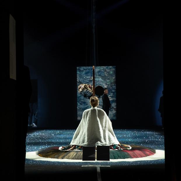 20 năm của Công Trí gói gọn trong một Cục Im Lặng: Áo dài treo trên quạt trần, lập hẳn một điện thờ thần Rắn - Ảnh 27.