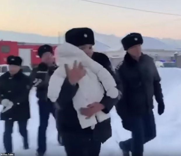 Phép nhiệm màu từ thảm kịch: Em bé còn ẵm ngửa được cứu từ xác máy bay rơi - Ảnh 1.