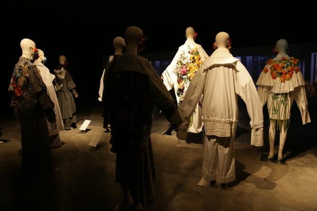 20 năm của Công Trí gói gọn trong một Cục Im Lặng: Áo dài treo trên quạt trần, lập hẳn một điện thờ thần Rắn - Ảnh 30.