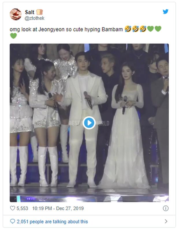 Màn nhường spotlight hot nhất KBS Song Festival tối qua: TWICE quyết giúp Bambam thể hiện, 2 MC cực phẩm dạt hết ra! - Ảnh 7.