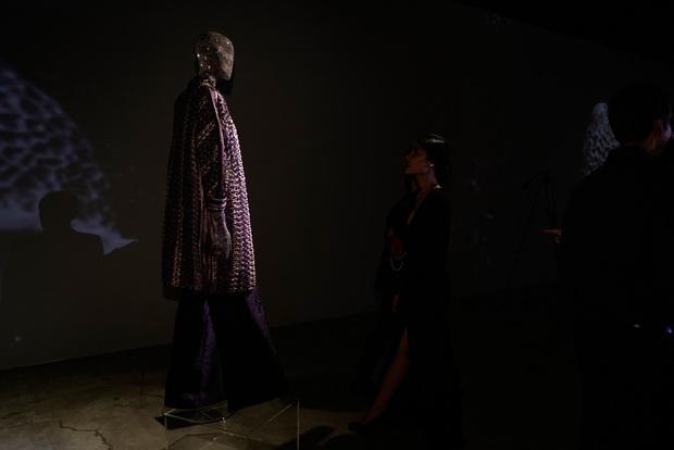 20 năm của Công Trí gói gọn trong một Cục Im Lặng: Áo dài treo trên quạt trần, lập hẳn một điện thờ thần Rắn - Ảnh 19.