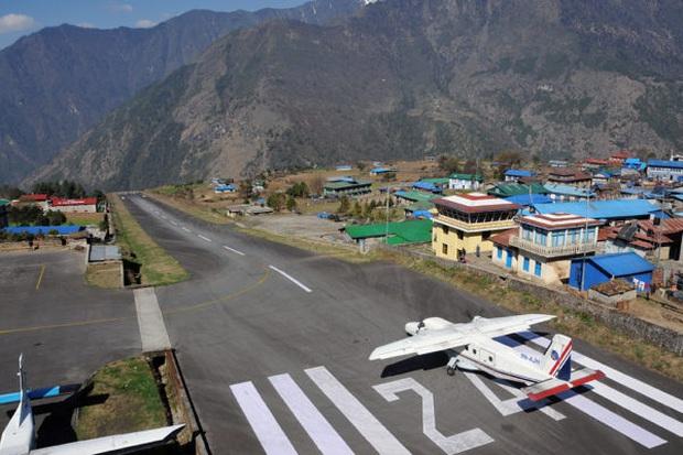 """""""Hồn vía lên mây"""" trước sân bay được mệnh danh nguy hiểm nhất thế giới, phi công sai một li là… đi luôn một đời! - Ảnh 1."""