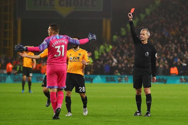 Thủ môn ăn thẻ đỏ sớm, dẫn trước 2-0 rồi thua ngược 2-3, đương kim vô địch Anh giương cờ trắng trong cuộc đua với Liverpool - Ảnh 1.