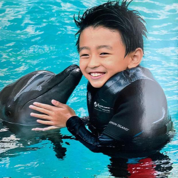 Quý tử thứ 2 nhà Trương Bá Chi: Càng lớn càng điển trai, khí chất không thua kém gì Tạ Đình Phong dù mới 9 tuổi - Ảnh 4.