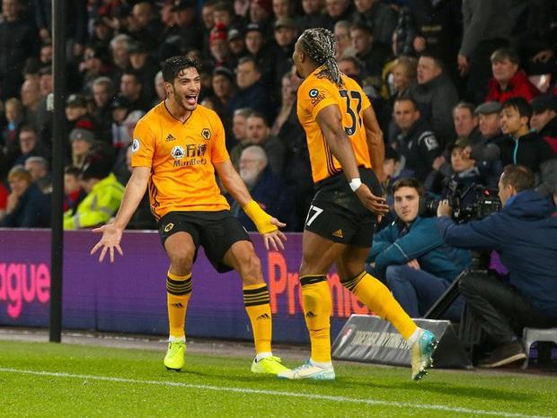 Thủ môn ăn thẻ đỏ sớm, dẫn trước 2-0 rồi thua ngược 2-3, đương kim vô địch Anh giương cờ trắng trong cuộc đua với Liverpool - Ảnh 6.