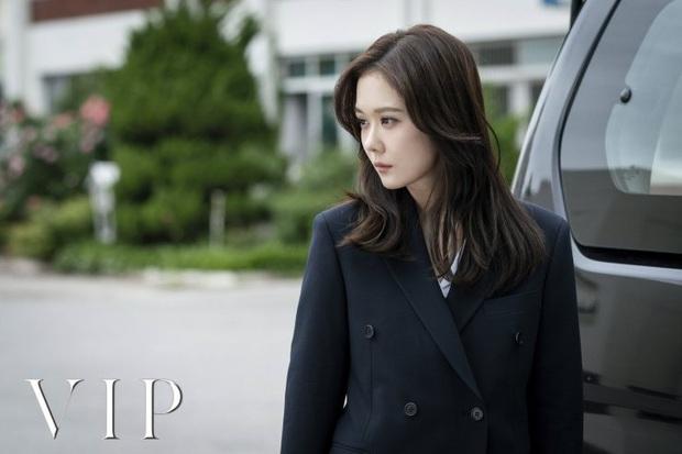 7 nữ chính ấn tượng nhất phim Hàn 2019: IU bứt phá ngoạn mục với bà chủ khách sạn ma - Ảnh 18.