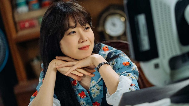 7 nữ chính ấn tượng nhất phim Hàn 2019: IU bứt phá ngoạn mục với bà chủ khách sạn ma - Ảnh 5.