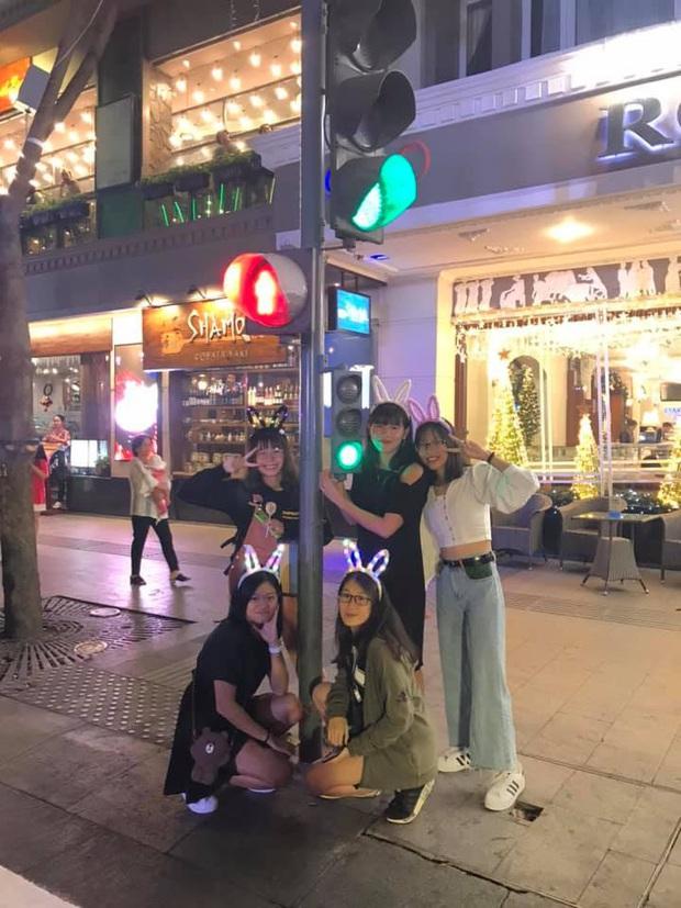 Ánh Viên trang điểm xinh xắn, diện váy đi xem phim cùng bạn bè sau SEA Games 30 - Ảnh 6.
