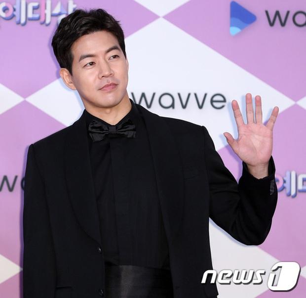 Thảm đỏ SBS Entertainment Awards 2019: Song Ji Hyo sexy khó cưỡng nhưng vẫn bị Somin lấn át, dàn tài tử bảnh bao đụng độ - Ảnh 15.