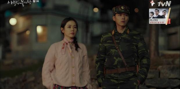Thấy tài phiệt Son Ye Jin nắm chặt tay trai lạ, Hyun Bin ghen nổ mắt ở tập 5 Tình Yêu Hạ Cánh - Ảnh 1.